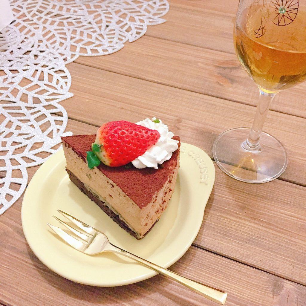 カットしたチョコレートムースケーキ